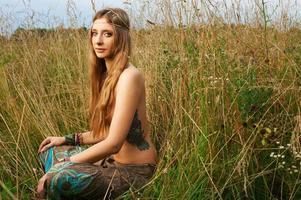dama hippie en los campos