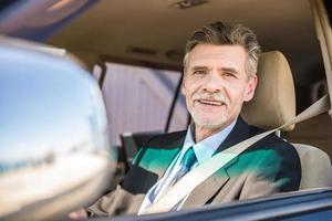 empresario en el auto foto