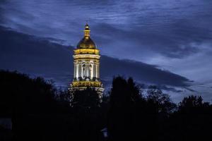 la cúpula de la iglesia en la noche foto