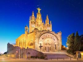 Iglesia del Tibidabo en la montaña en Barcelona foto