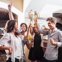 jóvenes adultos tomando un par de copas en el bar foto