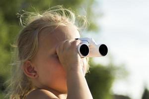 chica rubia con binoculares