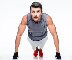 giovane fitness facendo flessioni