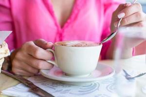 delicioso y sabroso capuchino para el desayuno en una cafetería foto