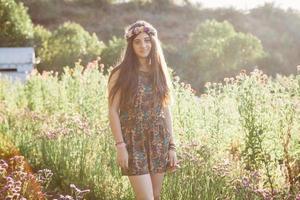 niña en un prado en un día de verano