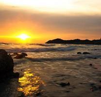 puesta del sol en el chonburi Tailandia de la isla del chang barato.