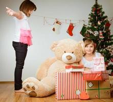 deux filles heureux avec leurs cadeaux de Noël