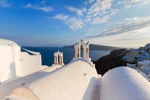campanarios blancos de la isla de santorini, grecia foto