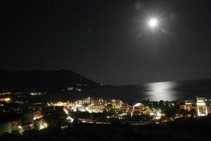 luz de la luna sobre el mar en becici foto