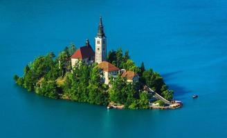 Iglesia católica en la isla, lago sangrado foto