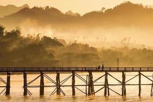 El puente de madera más largo con la luz de la mañana.