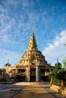 Templo construido a partir de la vajilla antigua. foto