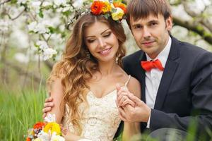 Portrait de jeunes mariés dans le jardin luxuriant de printemps