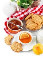 desayuno con té y galletas recién hechas foto