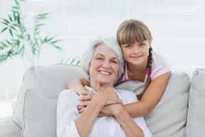 niña abrazando a su abuela foto