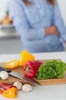 tablero de madera con verduras en una mesa de cocina foto