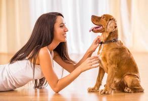 mujer con perro foto