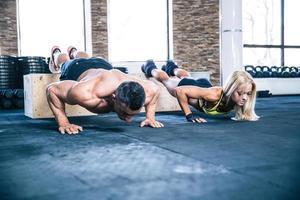 mujer y hombre haciendo flexiones