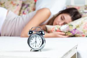 la joven durmiendo en la cama foto