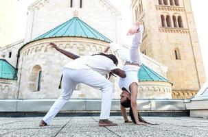 pareja joven asociación capoeira, deporte espectacular foto