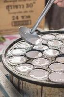 cuchara preparando crema para comida tradicional tailandesa