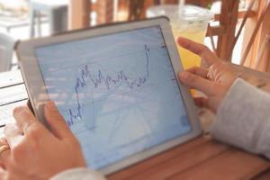 mulher negociando on-line com seu tablet foto