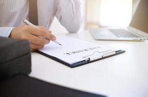 profesional trabajando en documento de seguro