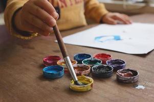 pintura de la mano del niño foto