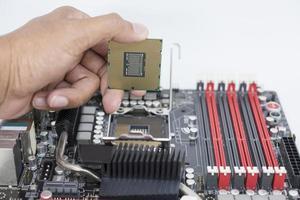 CPU de explotación de la mano sobre fondo blanco foto