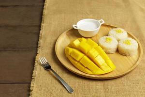 cáscara de mango amarillo fresco con arroz foto