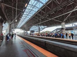 mensen wachten in treinstation