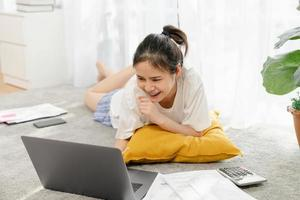 mujer que trabaja en la computadora portátil en el piso foto