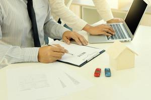 dos profesionales trabajando en documentos financieros