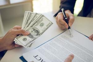 cliente firmando un contrato