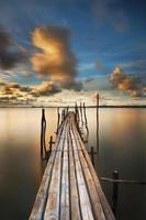 puente de bambú al atardecer
