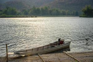 barco en el muelle en el lago