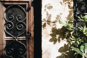 ventana marrón y negra