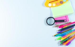 canetas e lápis com cadernos foto