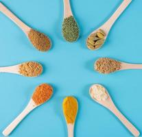 especias coloridas en cucharas foto