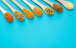 especias coloridas en cucharas