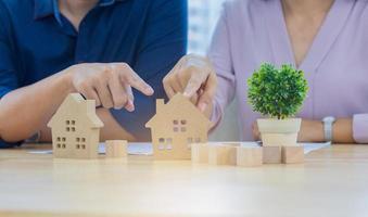 jovem casal escolhendo projetos de casa