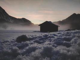 silueta de casa cerca de montañas