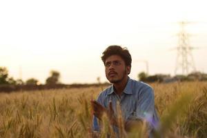 hombre en campo de trigo foto
