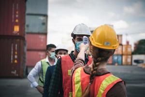 Escaneo de termómetro en el sitio de construcción. foto