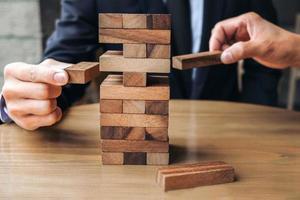 jóvenes empresarios jugando juego de madera