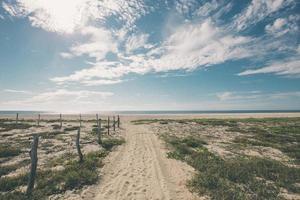 onverharde weg die leidt naar strand en oceaan