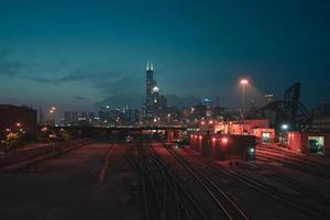 Chicago Skyline und Zughof in der Nacht