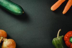 verduras sobre fondo oscuro