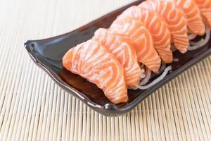 sashimi de salmón crudo