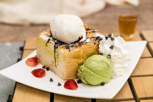 tostada de miel con helado de fresa, vainilla y té verde